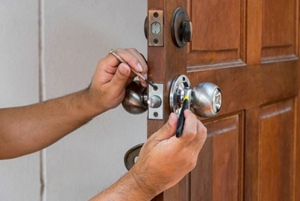 Hiring A Professional Locksmith For Car Key Replacement Services